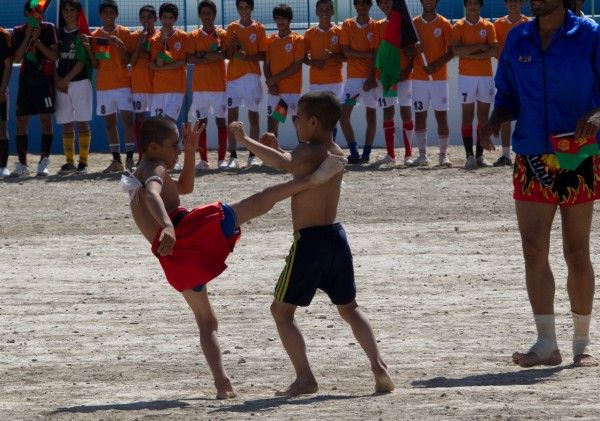 And we are treated to a demonstration of Afghans second favorite sport.  It's first favorite sport - dog fighting is something which the locals catch mucho grief about from international media so the next best thing is kids fighting